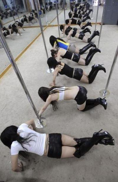 Striptiz yaparak zayıflıyorlar