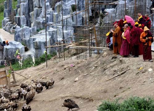 Ölülerini akbabalara yediriyorlar