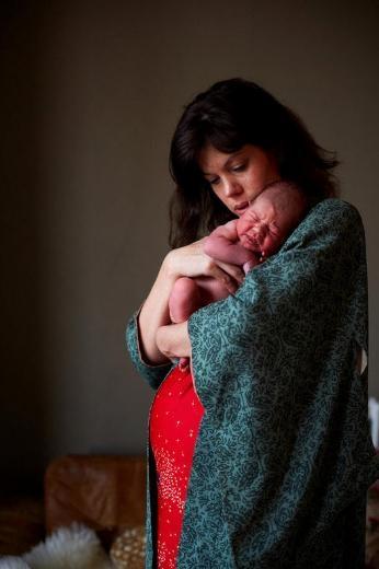 Anneler ve bir günlük bebekleri