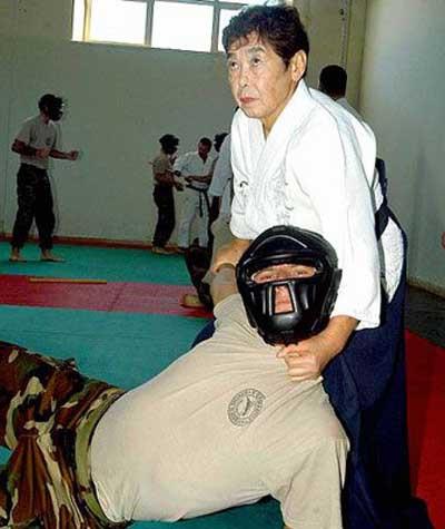 Askerleri 77lik nine eğitiyor