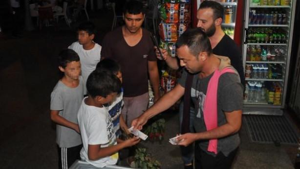 Serdar Ortaç çocuklara para dağıttı