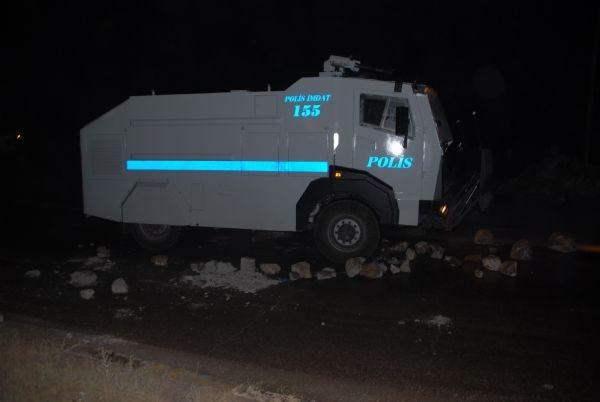 Göstericiler polis aracını yakmak istedi