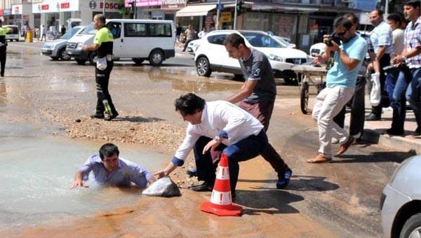 Engelli vatandaş asfalttaki göçüğe düştü!