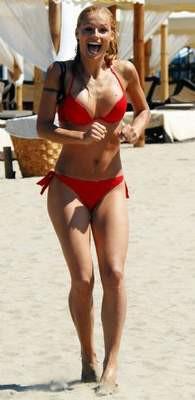 İsviçreli model Michelle Hunziker fena yakalandı !