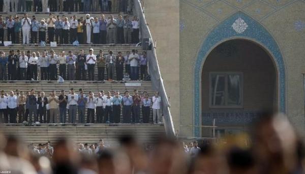 İran'da bayram namazında mahşer kalabalığı