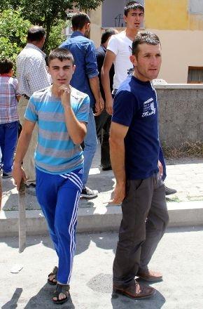 Eli sopalı grup Suriyeli avına çıktı