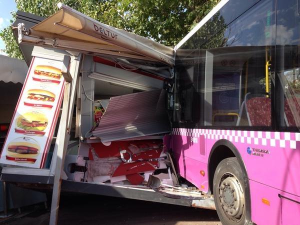 Kabataş'ta belediye otobüsü kazası!