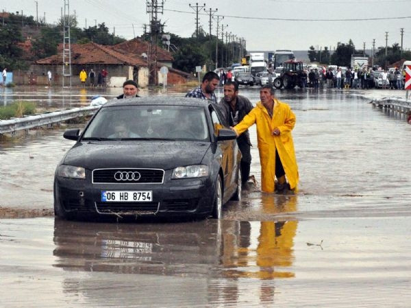 Yozgat-Kırıkkale Karayolu selden kapandı