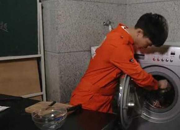 Çamaşır makinesinde yemek yapan adam
