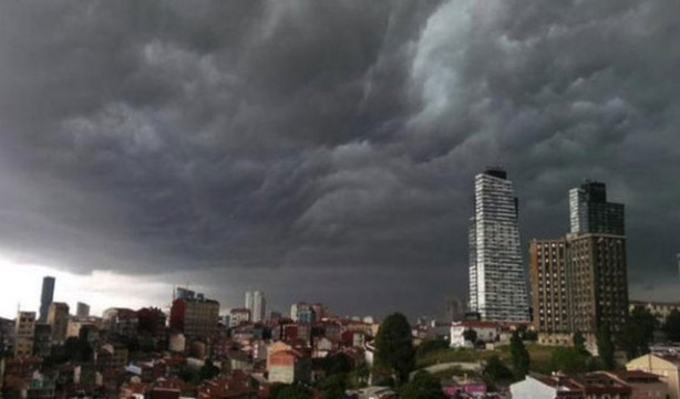 İstanbul'u kara bulutlar kapladı