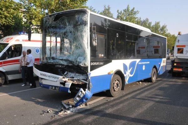Belediye otobüsü işçi servisine çarptı