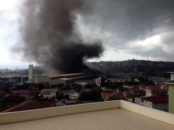 Hortum fabrika çatılarını uçurdu