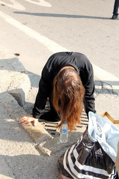 Bacağı kırık mazgala sıkışan genç kadın acı içinde yardım bekledi