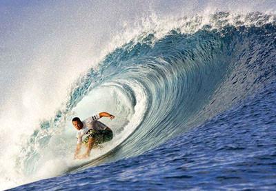 Okyanusta dalgalarla büyüleyen dans