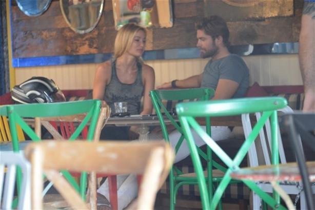Gamze Özçelik sevgilisi Mert Öcal ile  Etiler'de görüntülendi
