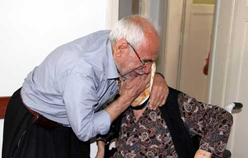 92 yaşındaki annelerini sokağa attılar