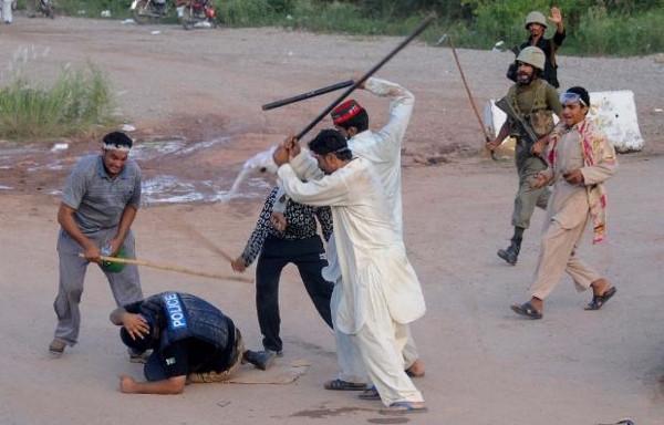 Pakistan'da göstericiler polisi linç etti