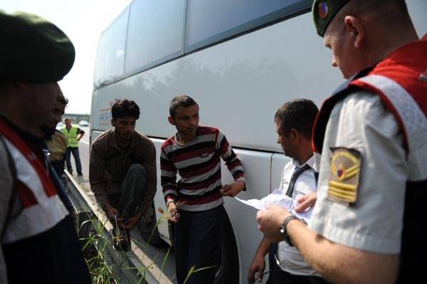 Otobüste yer olmayınca bagajda yolculuk yaptılar