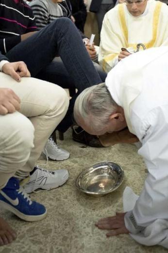 Papa Francesco Kutsal Perşembe ayininde mahkumların ayaklarını yıkadı