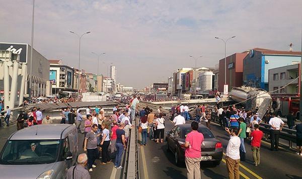 İstanbul'da üst geçit çöktü!