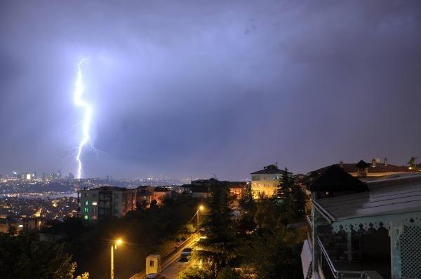 Şimşekler İstanbul'u aydınlattı