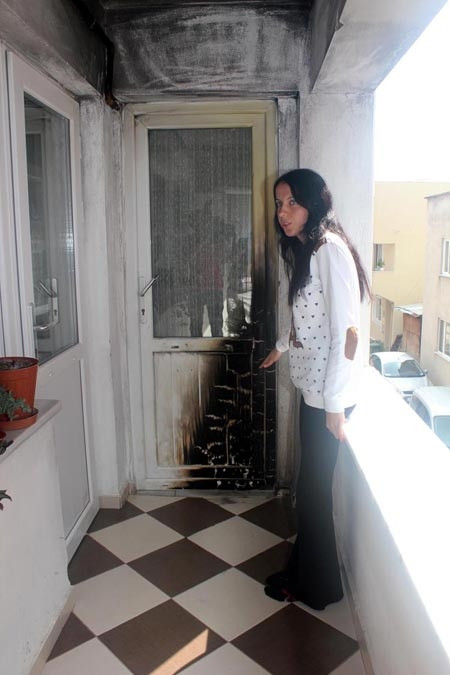Boşanma davası açan eşinin evine molotofla saldırdı