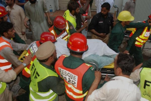 Pakistan'da cami çatısı çöktü