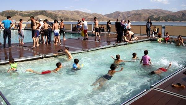 Kebanda yüzer havuz