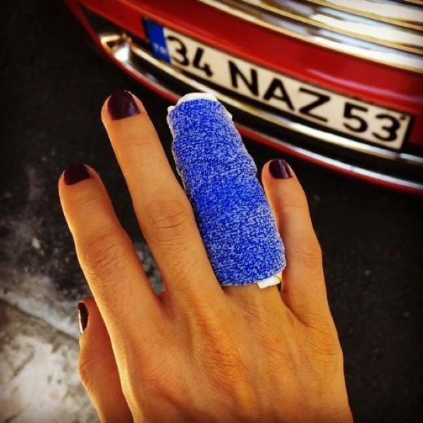 Seviyorum deyip parmağımı kırdı