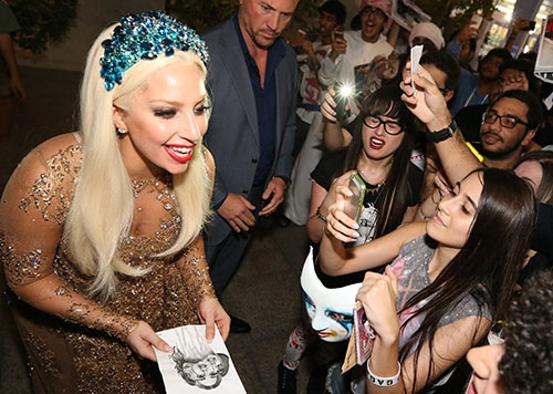 Lady Gaga daha kapalı giyinecek