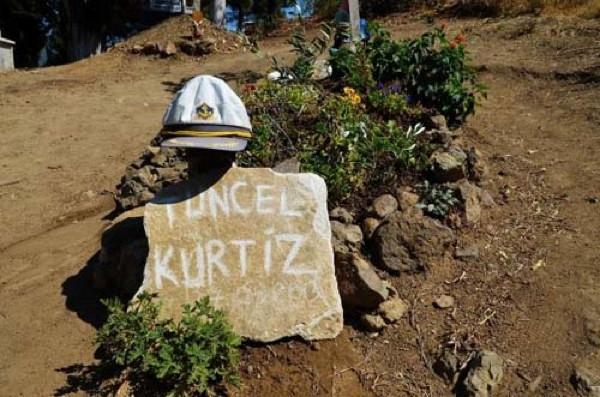 Tuncel Kurtiz'in mezarında şaşırtan görüntü