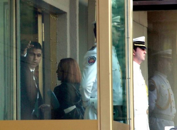 Kerry'nin ekibiyle 'kapı' krizi