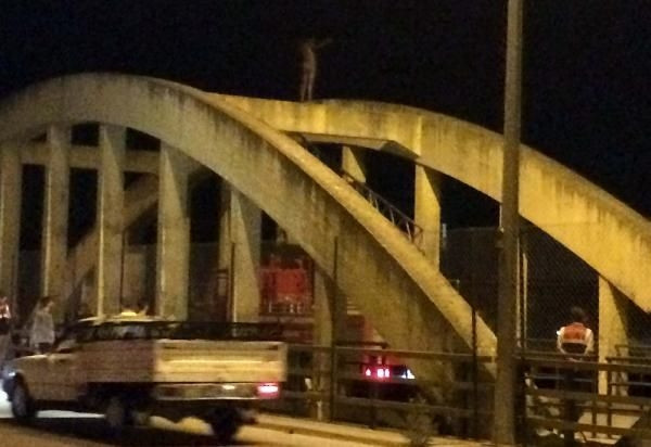 Köprü üzerinde yarı çıplak eylem