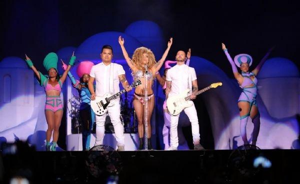 Lady Gaga yaptı yapacağını