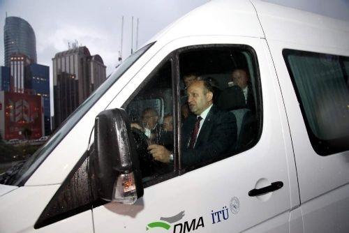 Bakan Işık elektrikli minibüsü test etti