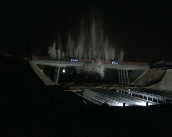 Türkiye'de ilk defa patlatılarak köprü yıkıldı