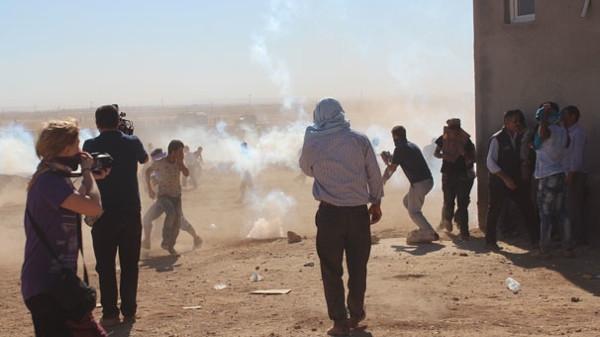 Sınırda gerginlik, Türkiye'ye geçişler durdu