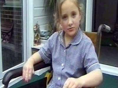 Bu kız çocuğu kendi kendini yiyor!