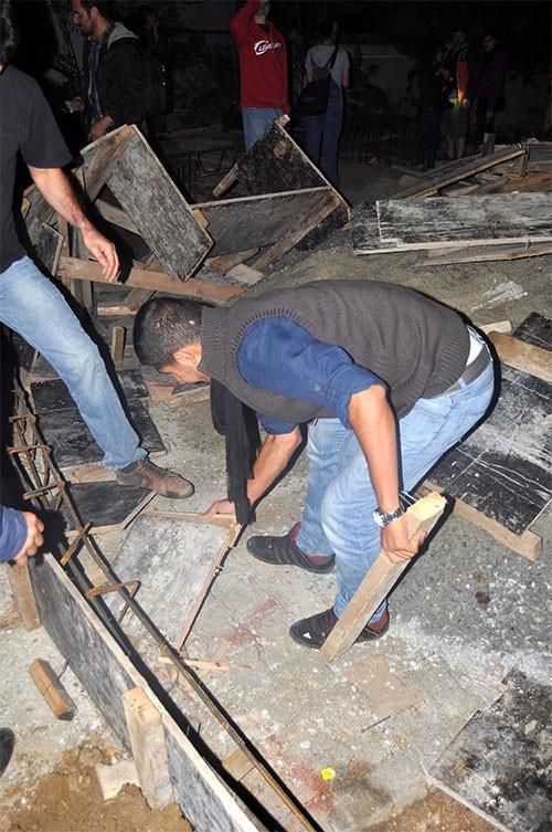 Vatandaşlar Validebağ Korusu'ndaki inşaat kalıplarını söktü
