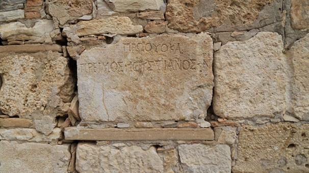 İki bin yıllık mezar taşı tuvalete giriş basamağı oldu