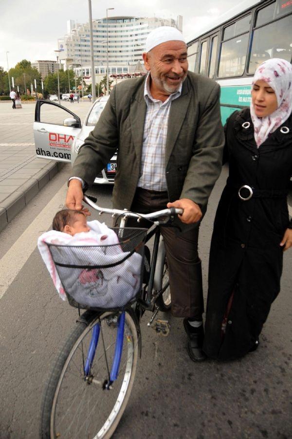 3 aylık bebeği bisikletin sepetinde taşıdılar!