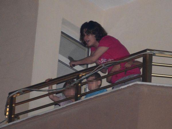 Alkollü anne elindeki bıçakla balkona çıkarak dehşet saçtı!