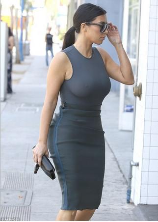Kim Kardashian sütyensiz görüntülendi