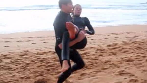 Köpekbalığının üzerine düştü!