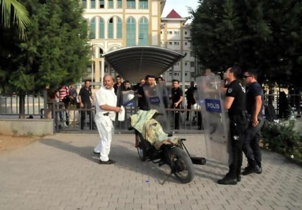 Eylemci yakınlarına kılıçla saldırdı