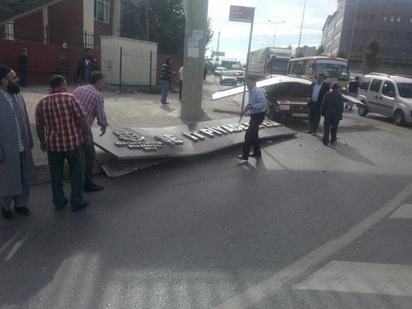 Başakşehir'de vinç üst geçide çarptı