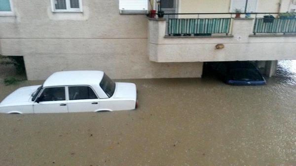 8 saat aralıksız yağan yağmur hayatı felç etti