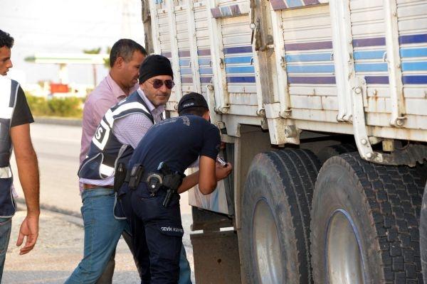 İki kentte patlayıcı yüklü kamyon alarmı