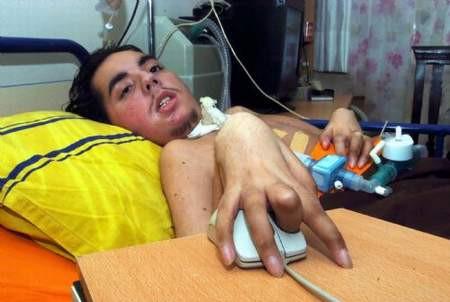 İki parmağıyla mucizeler yaratıyor