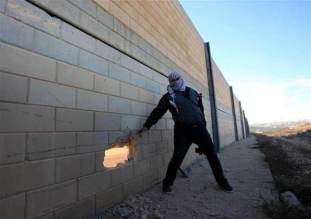 Filistinliler, Ayrım Duvarı'nı deldi